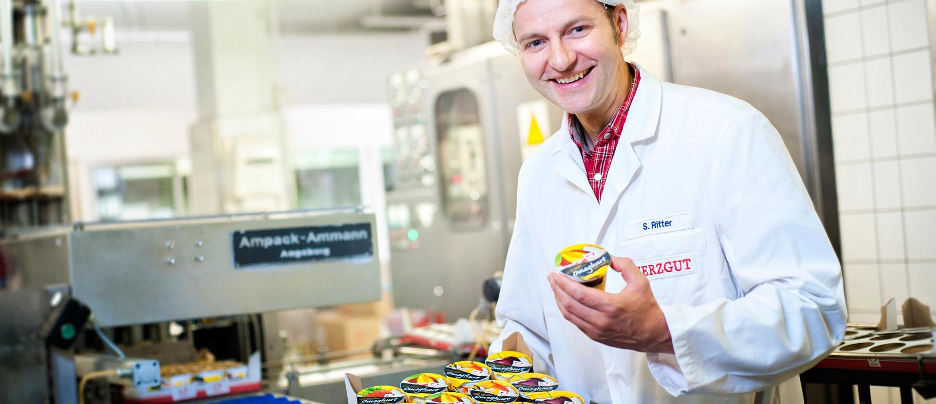 Mitarbeiter stellt Produkte der Landmolkerei eG vor