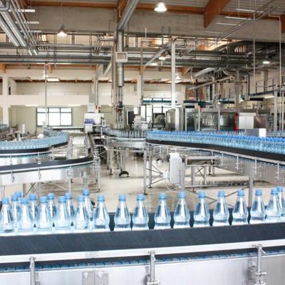 Flaschenlaufband mit Mineralwasserflaschen