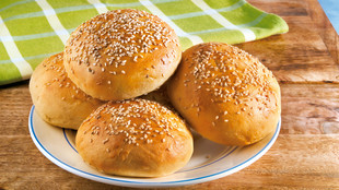 Burgerbrötchen mit Sesam