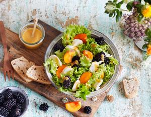 Sommersalat mit Mozzarella und Aprikosen