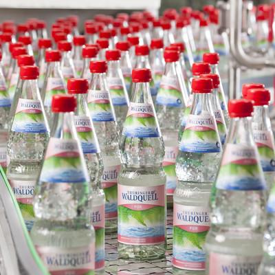 Glasflaschen Waldquell Mineralwasser auf dem Fließband