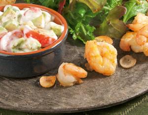 Salat-Mix mit Garnelen und Avocado-Dip