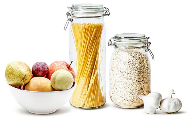 Obst, Nudeln und Knoblauch nebeneinander
