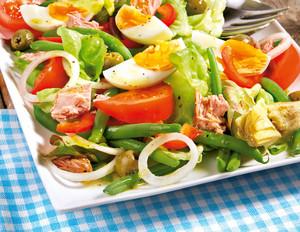 Nizzasalat mit Oliven, Eiern und Artischocken