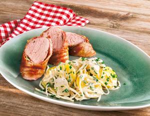 Schweinelende im Bacon-Mantel mit Kartoffelsalat