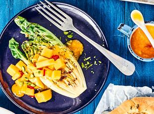 Gegrillter Roma-Salat mit Mango-Dressing