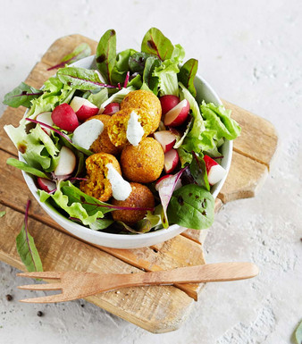 Pflücksalat mit Blumenkohl-Falafel und Bärlauch-Dip