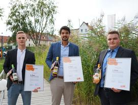 3 Männer halten Ihre Auszeichnung in der Hand