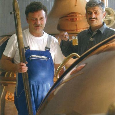 Mitarbeiter der Brauerei blickt in den Sudhaus