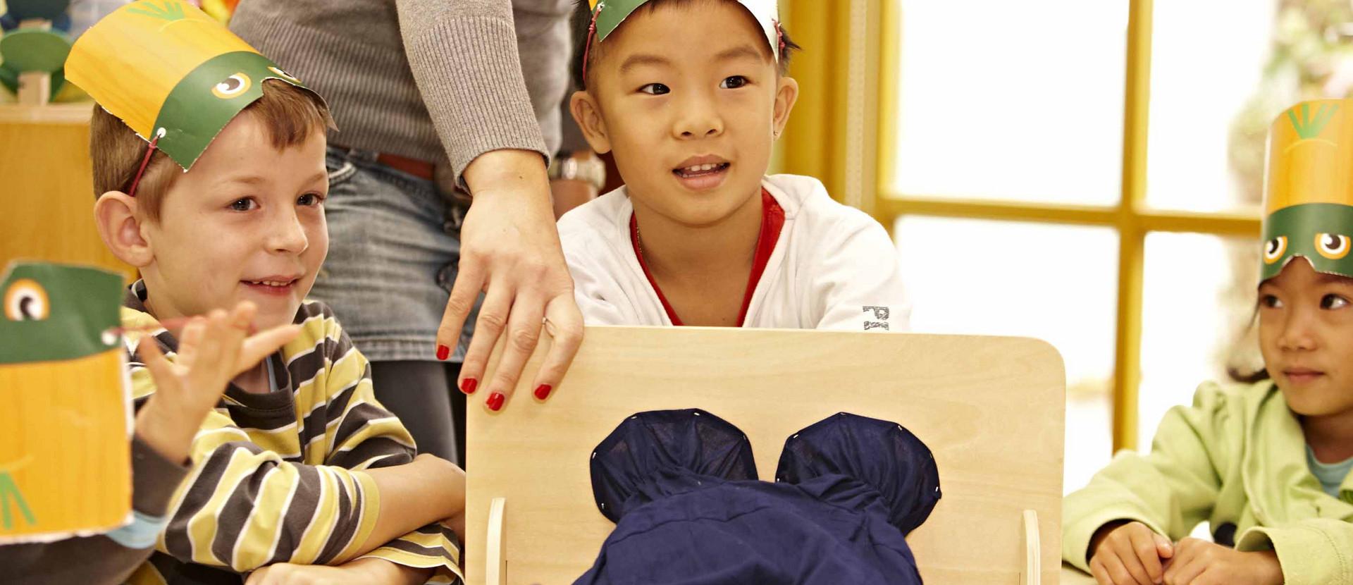 Kind ertastet in einem Stoffbeutel Lebensmittel