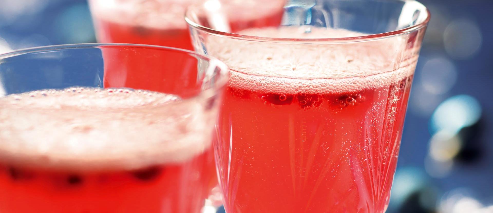 Champagner Cocktail mit Granatapfel