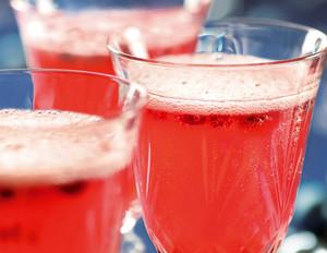 Champagner-Cocktail mit Granatapfel