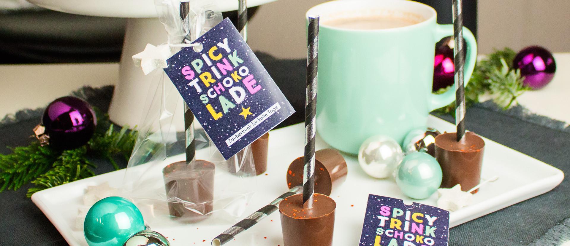 Trinkschokolade auf einer weißen Platte mit einer Tasse