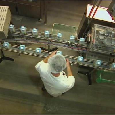 Aufnahme von oben des Förderband der Abfüllanlage mit Milchpackungen