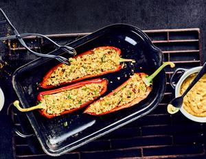 Gefüllte Spitzpaprika mit Dattel-Curry-Dip