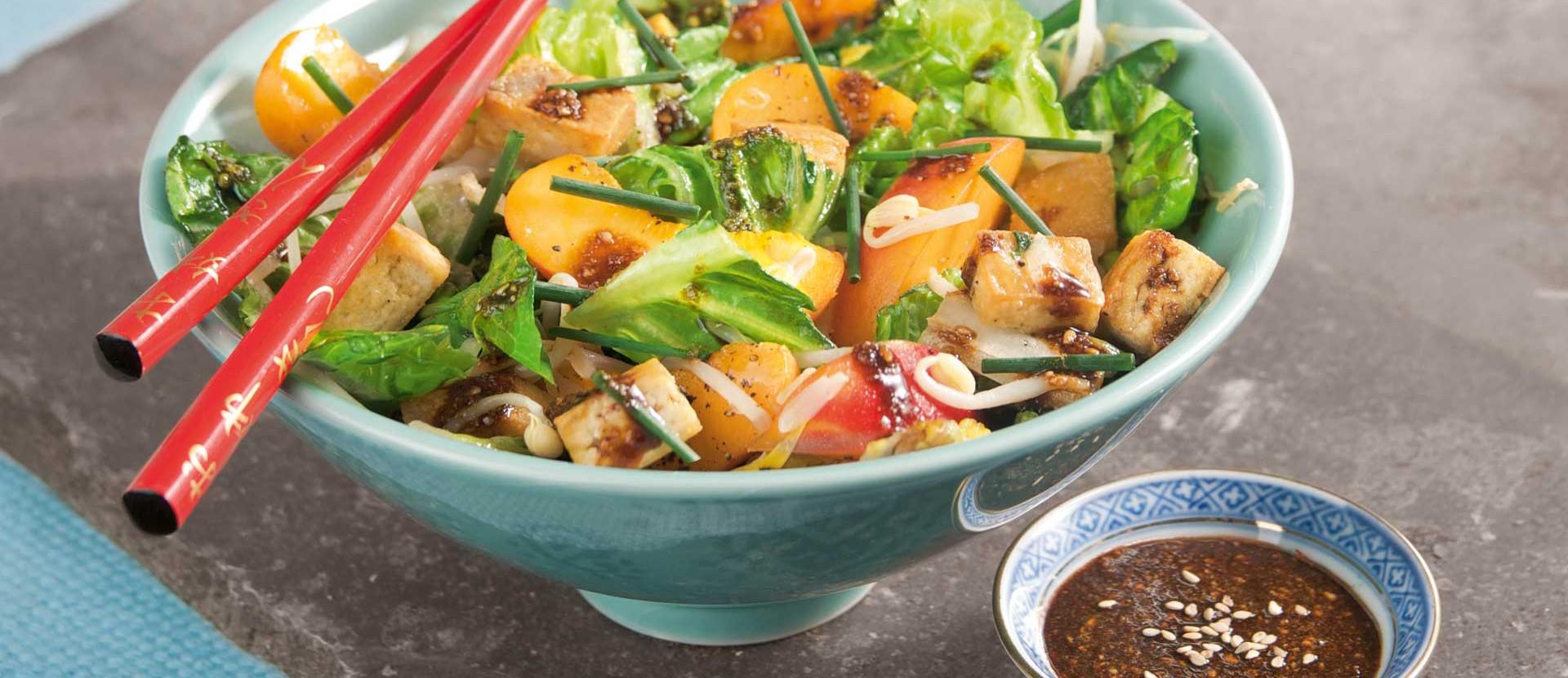Gebratener Salat mit Tofu und Sesamsauce