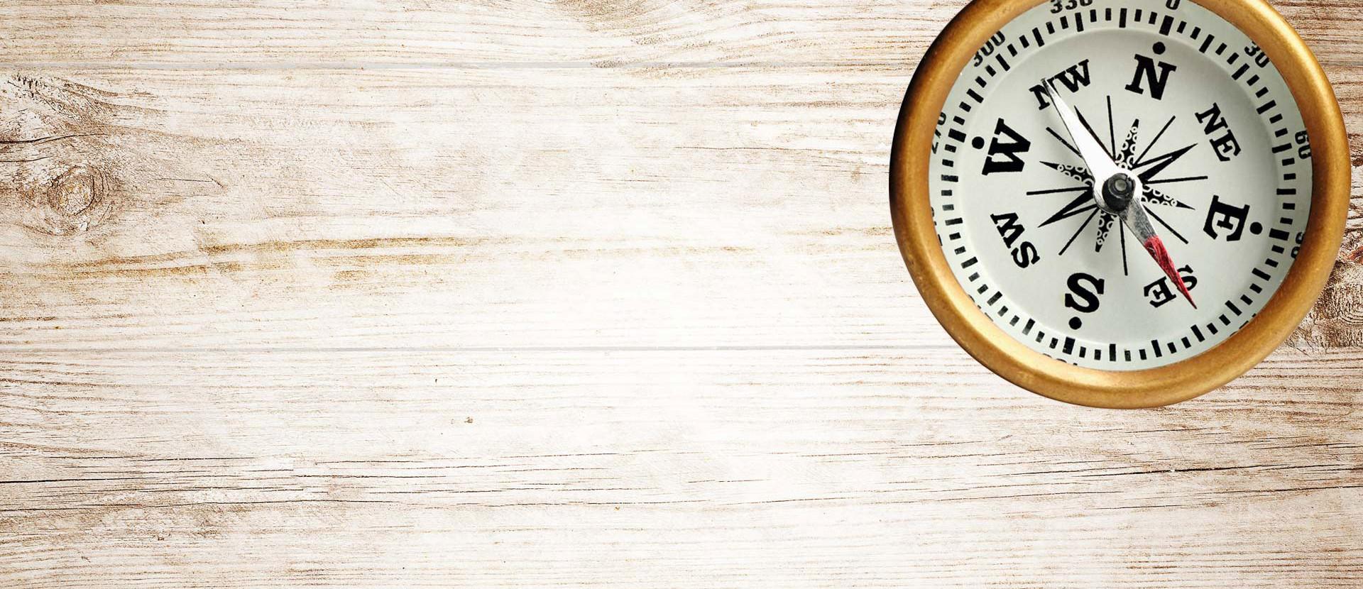 Kompass auf Holzhintergrund