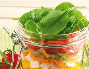Salat im Glas mit Sommergemüse