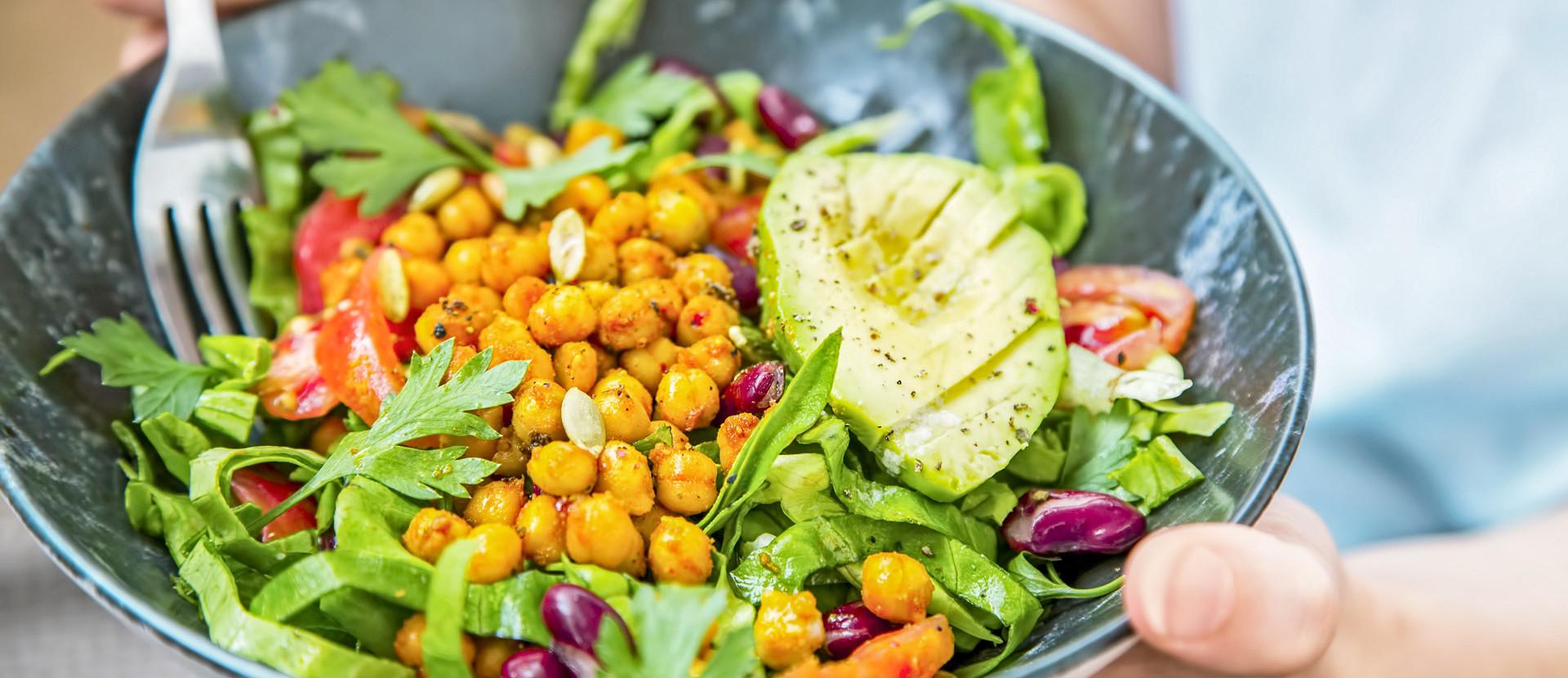 Ernährung Salad Bowl in zwei Händen