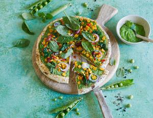 Pizza mit Erbsmus, Spinat & Mais-Mix