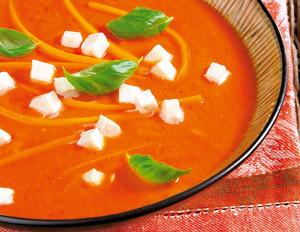 Tomatensuppe mit Chili, Möhren und Mozzarella