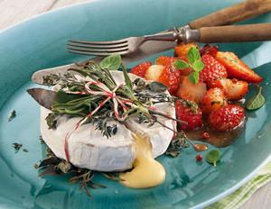 Camembert-Grillpäckchen mit Erdbeer-Salsa