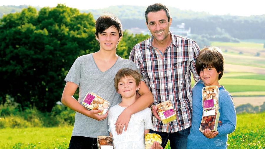 Familie Lehr mit verpackten Pilzen in den Händen