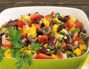 Tomaten-Salsa-Salat mit schwarzen Oliven