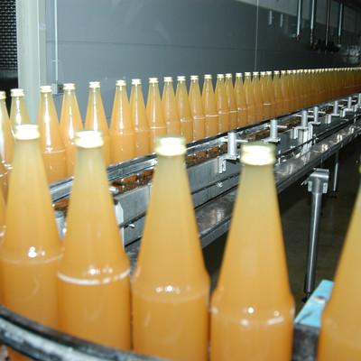 gefüllte Apfelsaftflaschen auf einem Laufband