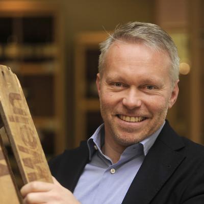 Marian Kopp hält eine Holz-Palette