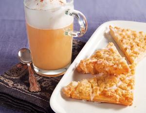 Chai mit Milchschaum zu Prasselkuchen-Schnitten