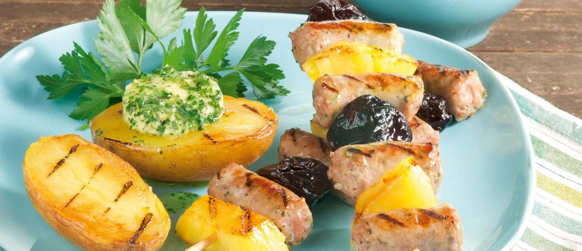 Ananas-Wurst-Spieße mit Kräuterkartoffeln