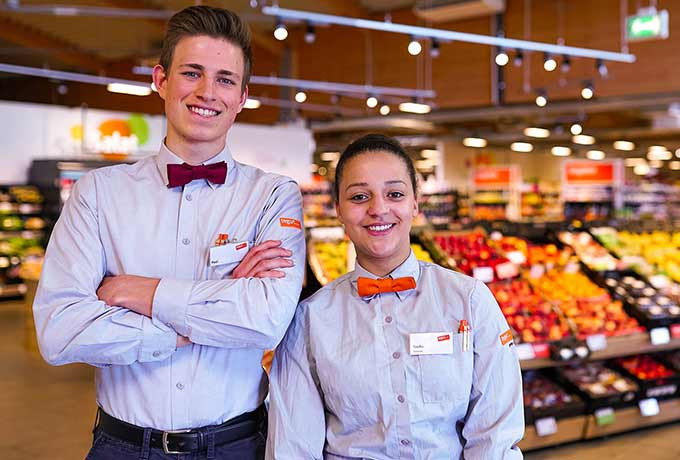 Zwei tegut… Mitarbeitende im Laden