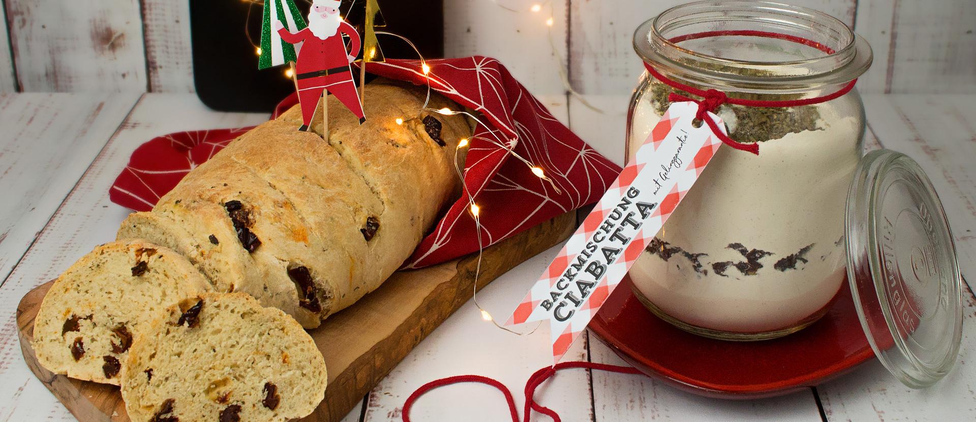 ein Glas mit Backmischung Ciabatta und ein Ciabatta Brot
