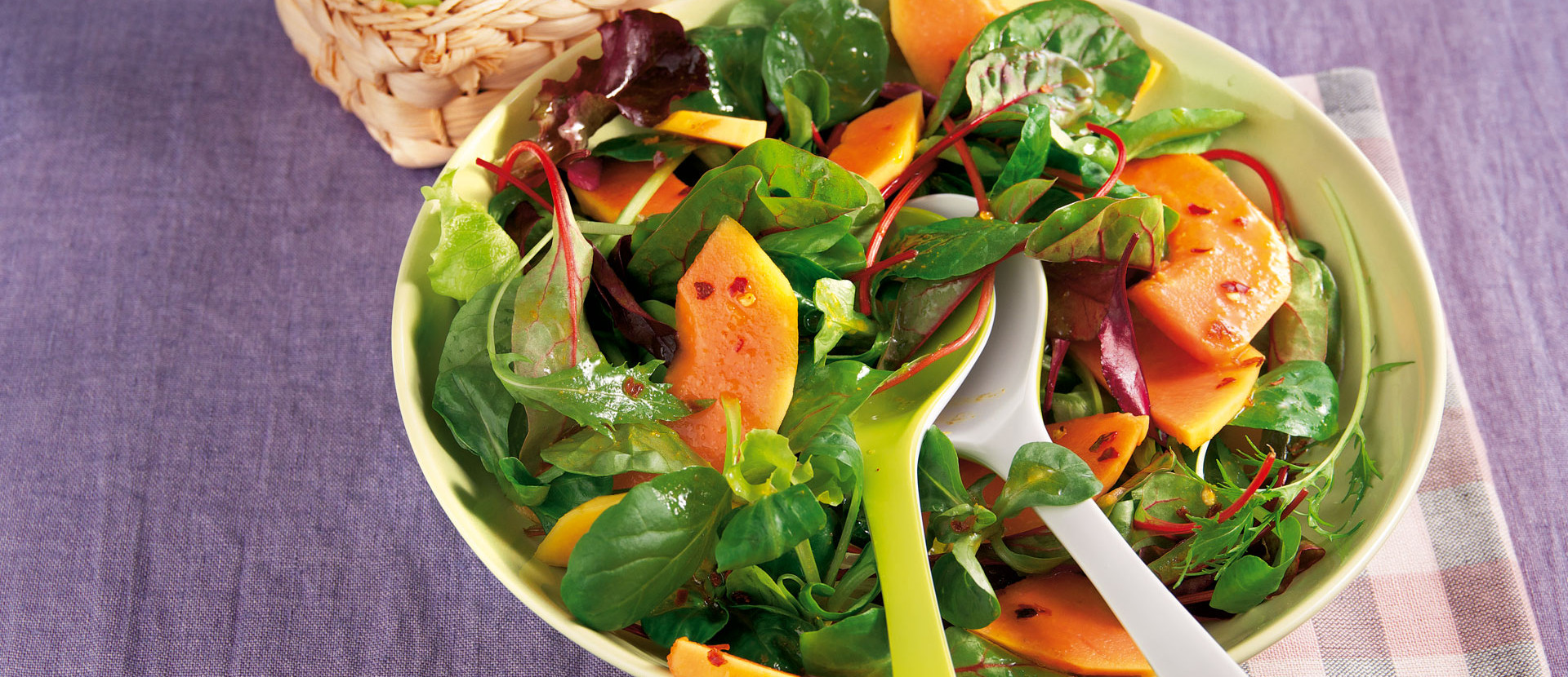 Wuerziger Salat mit Papaya und Mini Croissants
