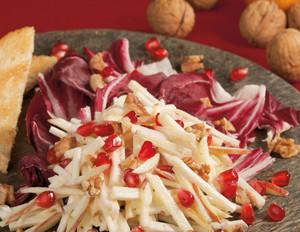 Granatapfel- Waldorfsalat auf Radicchio