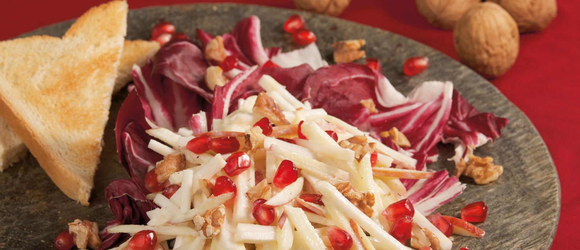 Granatapfel Waldorfsalat auf Radicchio