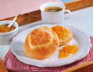 Orangenmarmelade mit feinen Herz-Brötchen