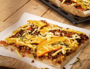 Kürbis-Pizza mit veganem Hackfleisch