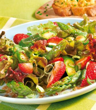 Fruehlings Salat mit Erdbeeren und gruenem Spargel