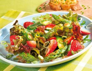 Frühlingssalat mit Erdbeeren und grünem Spargel