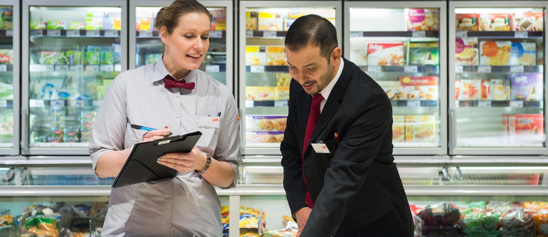zwei Mitarbeiter machen Kühlkontrolle