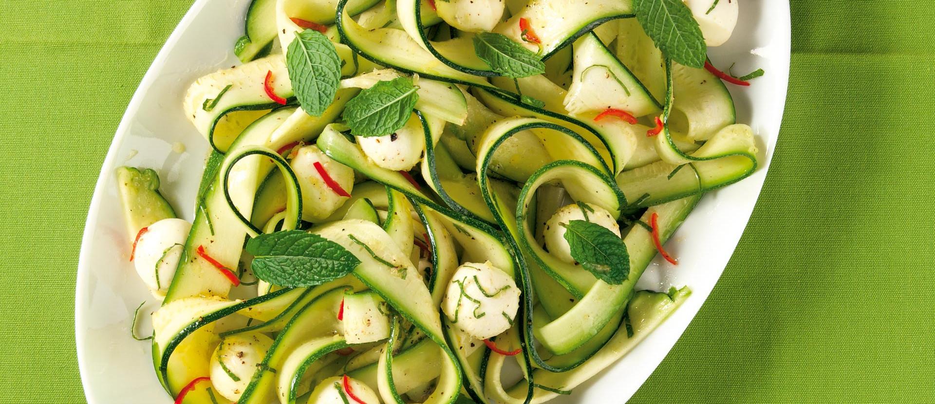 Zucchini-Carpaccio mit Mini-Mozzarella