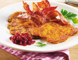 Kartoffel-Möhren-Puffer mit Bacon und Preiselbeeren