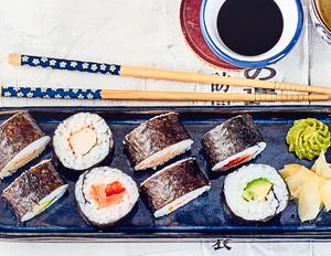 Maki-Sushi – gefüllte Reisröllchen in Norialgen