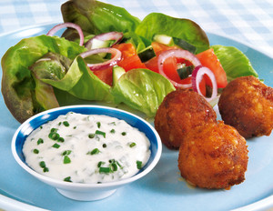Knusperbällchen mit Salat und Dip