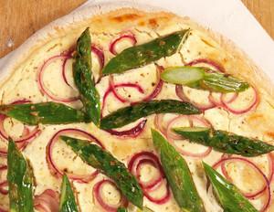 Spargel-Pizza mit Zitronenschmand und roten Zwiebeln