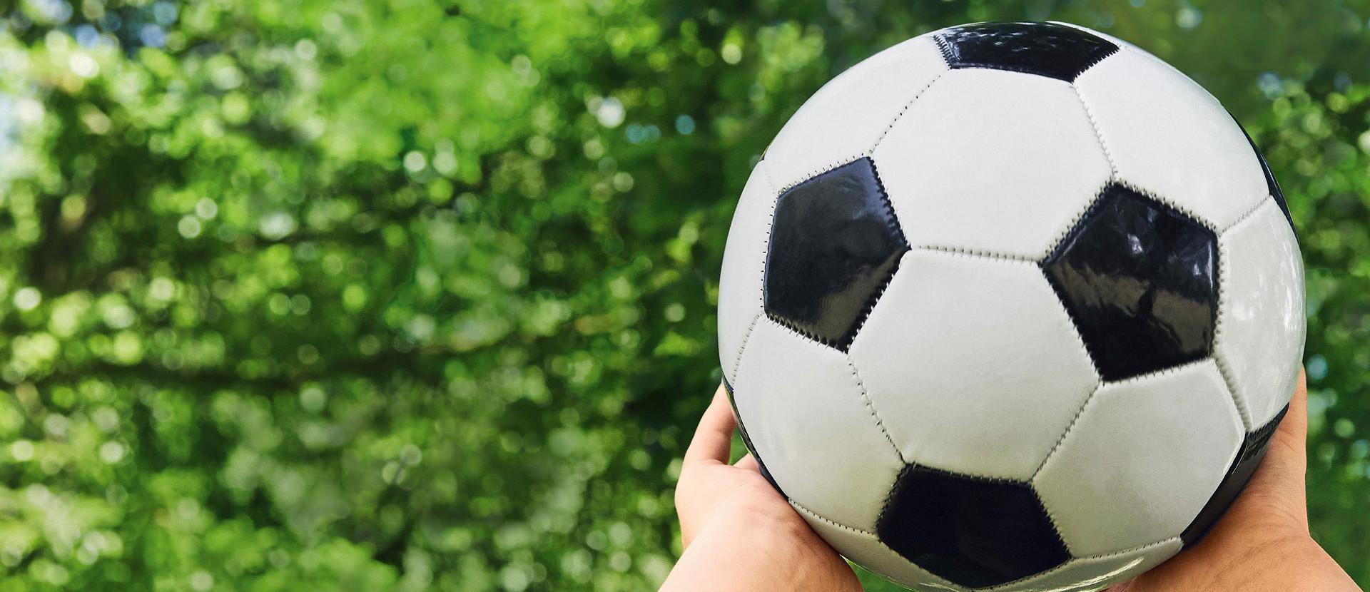 zwei Händer mit Fussball