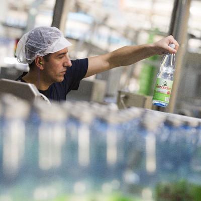 Hassia Mitarbeiter mit Flasche Wasser in der Hand