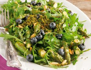 Grüner Spargelsalat mit Heidelbeeren und Rucola